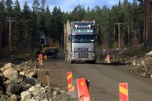 Här kommer ett gott exempel på den sortens fordon som i mängder och för SCA/Jämtlamells räkning trafikerar sträckan Skyttmon-Mårdsjön-Stugun.Foto: Ingvar Ericsson