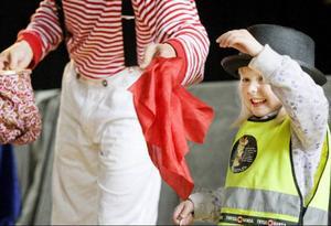 Sanna Larsson från Frösön hjälpte trollkarlen Trixy att byta färg på näsdukar. Något som inte visade sig vara helt lätt eftersom näsduken plötsligt kunde förvandlas till en brödskiva.