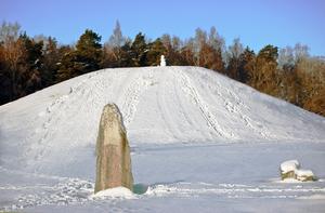 En snögubbe på toppen av den mäktiga Anundshögen.