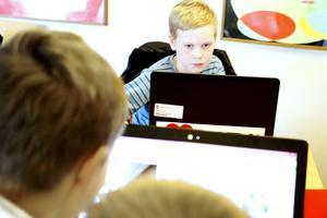 Tioåriga Viktor Johansson från Sandviken lär sig att använda datorn till att skapa sitt eget innehåll.