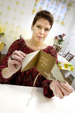 Den svårare sorten. Sofia Magnusson från butiken Stämpelhuset visar ett lite mer avancerat kort. Instruktionerna till detta kort med papparkakskänsla hittar du längst ner i denna artikel, som PDF-fil och som bildspel.