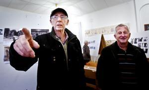 Lennart Persson och Yngve Olsson kände igen många personer och företeelser från bilderna som visades upp i utställningen.