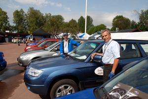 Bilar. Bilhandlare Kent Andersson, th, med anställde Jan Ollas passade på att visa upp fyrhjulsdrivna fordon under jaktmässan.