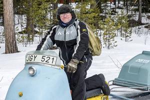 Arrangören PA Tapper leder kortegen upp på fjället mot Falkboet, en mil från Tännäs.