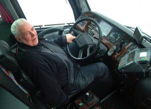 Kroppsspråket vittnar om tydlig trivsel när Gösta Owén får sätta sig bakom bussratten. Foto: Ingvar Ericsson