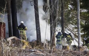 Det blev kraftig rökutveckling när den brinnande vedboden släcktes.