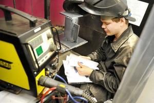 Tomas Olsson, Torsbergsgymnasiet, läser ritningen och funderar.