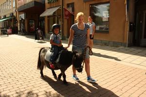 Jesper Bergström Ulleniös från Västerås testade ponnyridning. Emelie Eriksson leder ponnyn Billy.