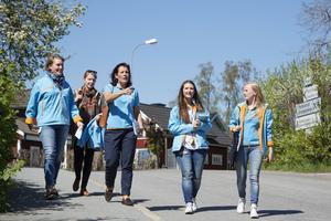 Försvarsminister Karin Enström (M) och Sara Norrevik knackade dörr i Kvisthamra tillsammans med Norrtäljemoderaterna Cecilia Nordström, Antonia Jaksic och Joanna Lewerentz. Ministern visste åt vilket håll de skulle gå.