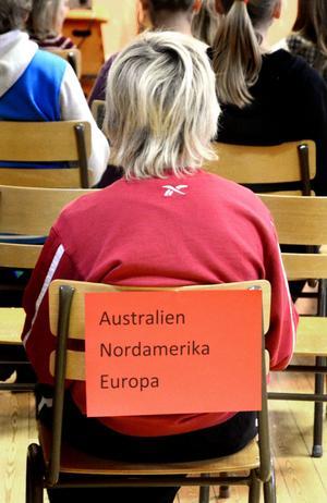 Varje elev hade fått en lapp på morgonen där det stod vilken världsdel de skulle sätta sig i, i gymnastiksalen.