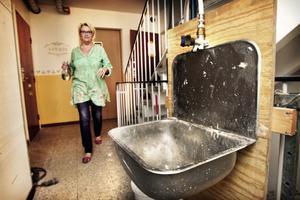 Anita Linné är en av dem som får hämta vatten ute i trappuppgången. - Den är riktigt äcklig och ofräsch.