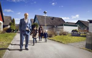 Surgubben Ove (Rolf Lassgård) får nya perspektiv på livet när han lär känna nya grannen Parvaneh (Bahar Pars) och hennes barn.