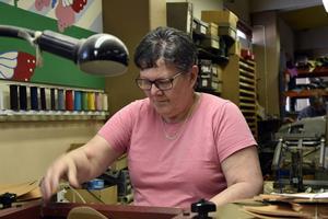 Mona Johansson har nästan 30 år i branschen, här vid ett av produktionsleden, där skinnets tjocklek anpassas.