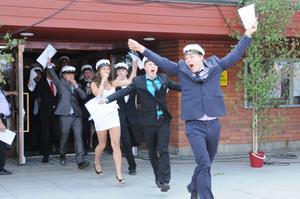 Glädjen var stor när årets avgångselever sprang ut genom dörrarna till Karlfeldtsgymnasiet.