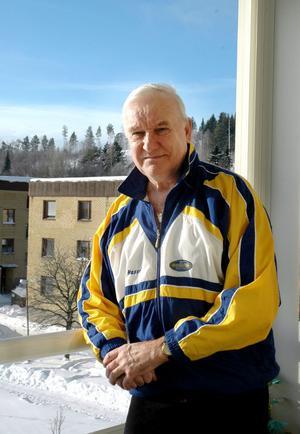 """VINTEROLYMPIER. 42 år har gått sedan Hans """"Hasse"""" Hallén från Forsa, numera boende i Kvissleby, representerade Sverige vid olympiaden i Grenoble. Att OS-starten skedde i just bob, var resultatet av ett möte under VM i motocross två år tidigare. """"Det är tillfälligheterna som gör livet"""", säger Hasse. Foto: Anna Quayle"""