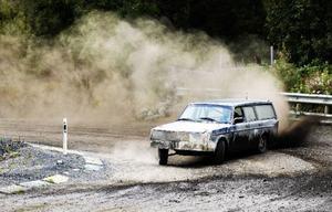 Grussprut och damm hör till när det handlar om folkrace. Mattias Nilsson från Husås har hållt på med sporten sedan 1990 och började köra när han var 15 år.