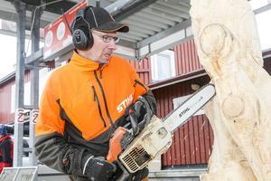 Hans Göran Hansson från Hennan utanför Ljusdal visade prov på färdigheter med motorsågen.