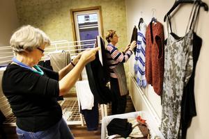 Karin Ahlberg, Delsbo, från Svenska kyrkan och Ingrid Olsson, Delsbo, Röda korset, hjälper till med att sortera kläder som har kommit in till Svanbacken.