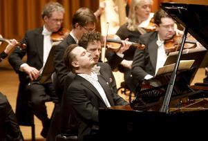 Henrik Måwes närvaro var total i Anders Hillborgs Pianokonsert. Nära honom ses pianisten Peter Friis Johansson som agerade bladvändare.