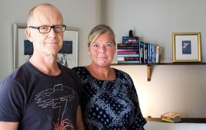 För ett halvår sedan flyttade Oliver och Johanna Axman, och deras barn Albin och Ella, in i en trerummare på Öster Mälarstrand. Nu är de trångbodda enligt normen men trivs bra med det.