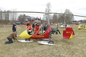 I Hjulsjö finns Hällefors flygklubb med gyrokoptrar. Från Älvdalen och Fjällräddningen har Stephan Erixon Knagg och Lena Erixon Knagg flugit ned till Hjulsjö för att vara med på Rastälvens dag.