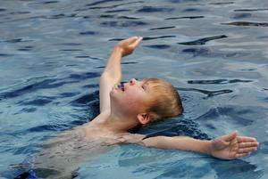 Albin, 6, har fått plats på sommarens simskola uppe på Lugnet. Foto:Kjell Jansson
