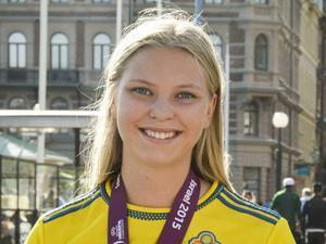 Ellen Löfqvist, 18 år, fotbollsspelare:       – Nej, julen handlar om familj och gemenskap för mig. Om jag själv hade valt att vara ensam skulle jag göra det bästa av situationen.