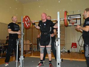 Christopher Rickan från KNIF tog 170 kilo i knäböj.