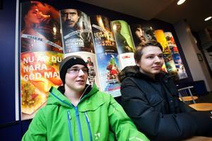 Sjuttonåriga duon Adam Montén och Adam Eriksson tycker att det är en lämplig sysselsättning att gå på bio när vädret är grått och regnigt.