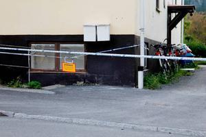 Polisen spärrade av huset där 25-åringen var bosatt och gick till attack mot en kvinna i huset.