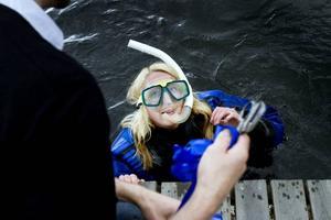 KLIPPTE BAND. I full snorkelutrustning klippte Anna Lindgren från Länsmuseet Gävleborg banden vid invigningen av Axmar undervattenspark.