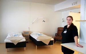 – Många av oss har tidigare jobbat på akuten, och nu måste vi tänka annorlunda. Det här är mittemellan öppenvård och slutenvård, säger Sarah Streitlien, sjuksköterska på patienthotellet. Foto: Jennie-Lie Kjörnsberg