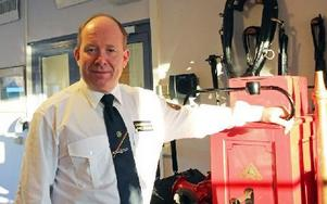 Räddningschef Mats Jansson vid en motordriven pump, som stått i Isacsbo och skänkts av Antonia Ax:son Johnson. Foto: Eva Högkvist