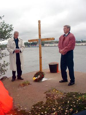 September 2001. Håkan Eriksson från Jan Westlunds minne och kyrkoherde Gert Lyngemark invigde ett kors vid pållare 4 på Karlslund till minne av de omkomna.Nedjans skeppsklocka bärgades 1996.