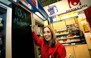 Det är en hisnande summa som spelombudet Linda Wallström kan skriva upp på tavlan. Vinstkupongen kostade 36 kronor att lämna in.
