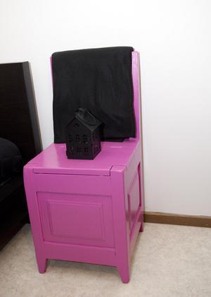 Enda gamla. Stolen är arvegods från Carolinas mormor och är märkt 1925. Carolina har givit den ny färg för att den ska passa in.