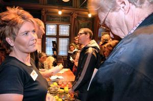 Söker kontakter. Johanna Haaraoja från Kopparbergs bryggeri pratade med flera som ville veta vad ett sommarjobb på bryggeriet innebär. – Vi behöver ta in folk under sommaren både i produktion och som truckförare, sammanlagt ett 50 tal.