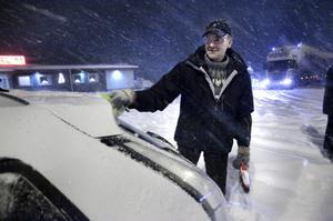 Harry Häggmark hade tagit paus i Harmånger, men hade många mil kvar att avverka i snöovädret, före målet i Östersund.