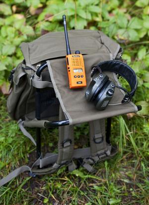 Något av den viktigaste utrustningen i skogen är en ryggsäck med stol, hörselkåpor och kommunikationsradio.