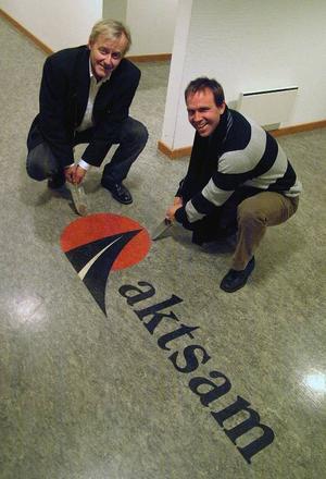 Christer Lindberg och Anders Blomberg på  Ragunda kommuns näringslivsavdelning står nu  inför att sprätta upp golvbeläggningen i entrén i det hus som kommunen köpt för att avlägsna de ingjutna spåren efter Aktsam som lämnat Hammarstrand. Foto: Ingvar Ericsson
