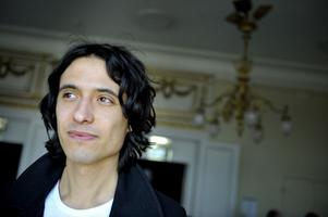 """Skriver ny dramatik. """"Apatiska för nybörjare"""" heter Jonas Hassen Khemiris nya pjäs, som har premiär på Folkteatern i Göteborg 17 september."""