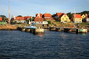 Gudhjem är en populär fiskeby på norra Bornholm. Härifrån går färjan till Ärtholmarna, två mil nordost om ön.   Foto: Katarzyna Mazurowska/Shutterstock.com