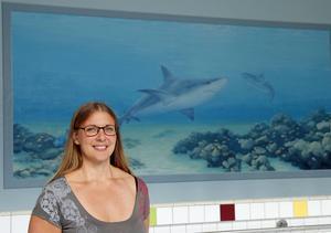 Anna Norvell, konstnärinna från Nyadal, har utsmyckat barnavdelningen på Ådalshallens bad.