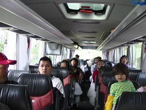 På fredag förmiddag hade de flesta asylsökande tagit sig ur bussen.