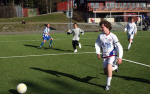 Bollen rullar Orrvikens väg, det vill säga mot ett öppet mål.
