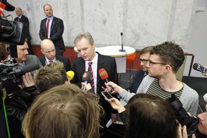 Försvarsminister Sten Tolgfors (M) avhopp kom oväntat snabbt. Hans personliga förklaring till avhoppet, drevet i medierna, och svalnat intresse för jobbet, är ett par skäl som kan visa sig vara hållbara. Men knappat innan alla kort är synade i regeringens agerande  saudiaffären.