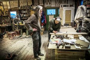 Eija jobbar med en del ur en vävstol som sedan ska finnas i ett gemensamhetshus i byn.