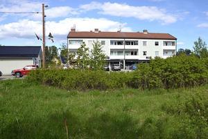 Det är den här tomten närmast rondellen – mitt emot Centrumhuset och Ica – som Mitthem vill köpa av kommunen. För ett tänkbart bygge längre fram.