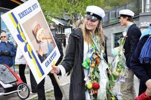 Emelie Agnvall betraktar sin barnbild, som tydligen uppväcker positiva minnen.