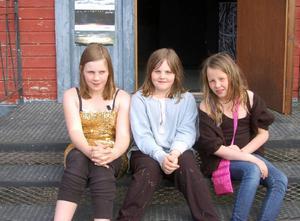 Tre unga skådespelare som deltagit i Teaterskolan i Lillhärdal, från vänster Leah och Line Wiberg och Ebba Nääs.